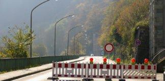 Einige Autofahrer werden erst von dieser Absperrung auf der B236 in Altena gestoppt.