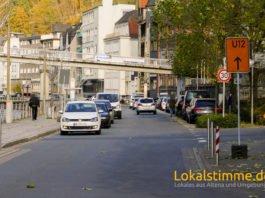 Die Auswirkungen der Vollsperrung der B236 in Altena merkte man schon am Samstag. Der Verkehr auf der Lenneuferstraße hat deutlich zugenommen.