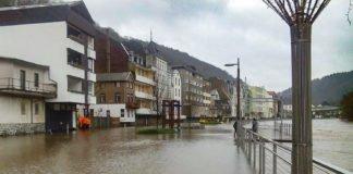 Die Lenne ist in Altena über die Ufer getreten. Spundwände werden zur Sicherheit der Innenstadt aufgebaut.