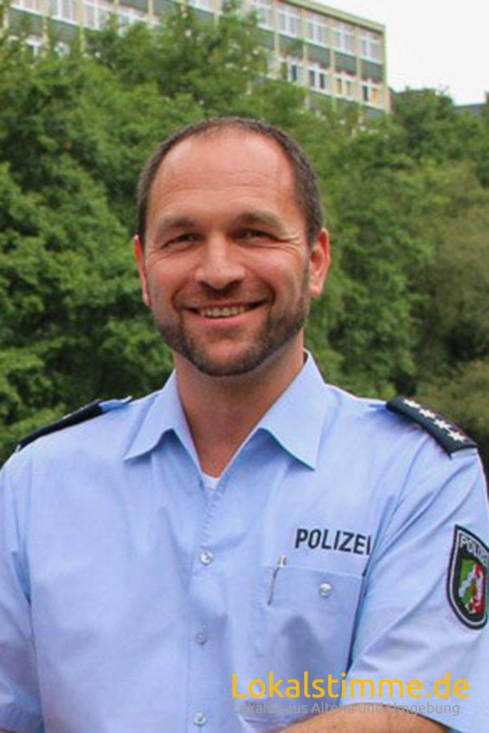 Alexander Fall verlässt die Polizeiwache in Altena.